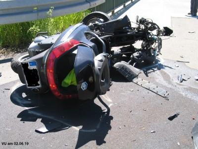 Schwerer Verkehrsunfall mit getötetem Motorrollerfahrer